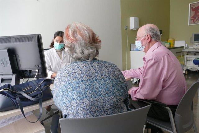 Archivo - Pacientes durante su consulta de cardiología