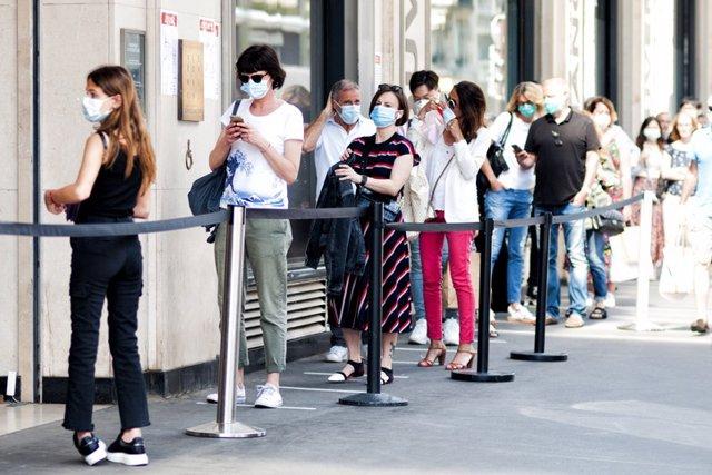 Archivo - Cola frente a una tienda, pandemia Covid19 en Europa.