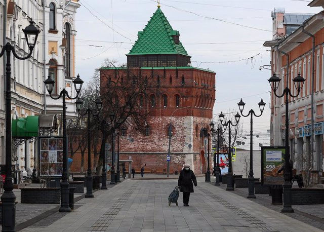 Archivo - Una mujer con mascarilla en Rusia durante la pandemia de coronavirus