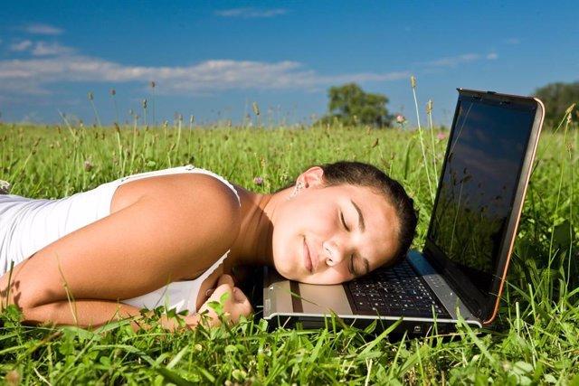 Archivo - Primavera, dormir, dormida, ordenador, astenia