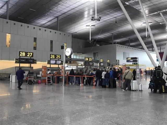 Archivo - Cola de facturación en el Aeropuerto de Santiago. Lavacolla. Turismo. Pasajeros en aeropuertos.