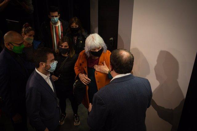 Archivo - Arxiu - La candidata de la CUP a la presidència de la Generalitat, Dolors Sabater, saluda el líder d'ERC, Oriol Junqueras, en un acte de campanya dels republicans a Badalona.