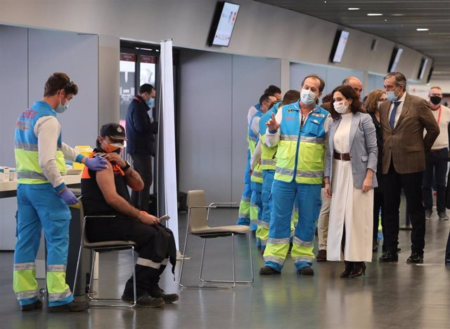 La presidenta de la Comunidad de Madrid, Isabel Díaz Ayuso habla con profesionales del SUMA 112 en el punto de vacunación del Wanda. Archivo.