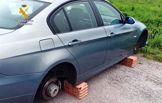 Uno de los coches a los que sustrajeron las ruedas