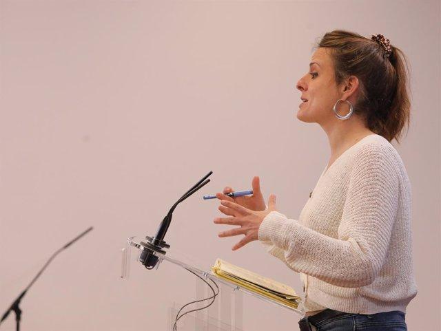 La diputada de la CUP al Congrés, Mireia Vehí, intervé en una roda de premsa (Arxiu)