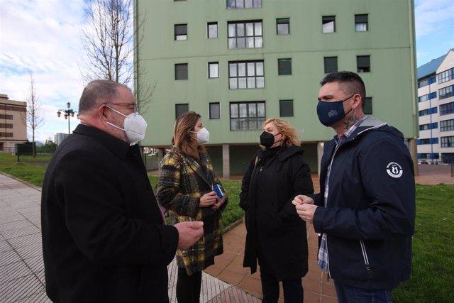 Archivo - Rafael Palacios y Ana Taboada visitan viviendas de Vipasa en el barrio de La Corredoria, en Oviedo en una imagen de archivo.