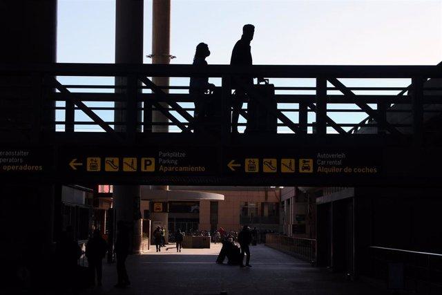 Archivo - Varios turistas de diferentes países a la llegada del aeropuerto de Málaga en una imagen de archivo