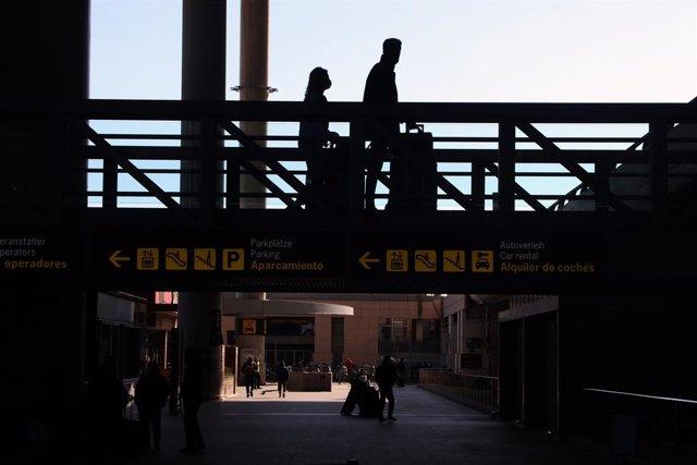 Archivo - Varios turistas de diferentes países a la llegada del aeropuerto de Málaga, tras pasar el control de aduanas de dicho aeropuerto donde es imprescindible una prueba de PCR negativo impuesto por el Gobierno de España, para poder entrar en la local