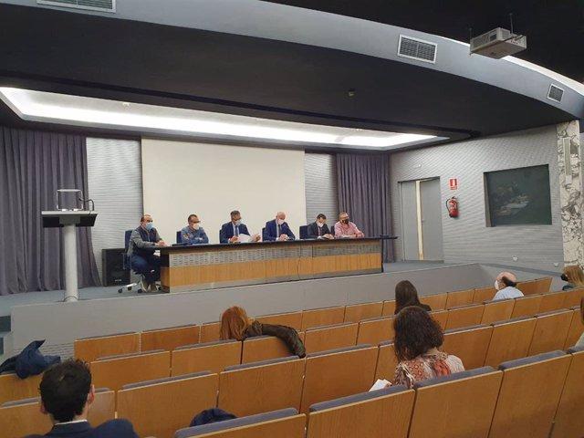 José Antonio Diez (C) en la reunión con directores de los colegios leoneses.
