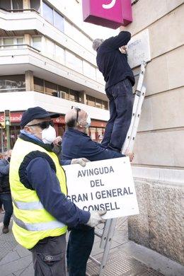 Operarios cambian el nombre de la Avenida Joan March por Avenida del Gran i General Consell.
