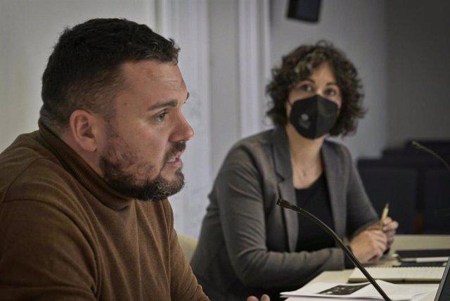 Los codirectores de Irídia Andrés García Berrio y Anaïs Franquesa, al presentar el 'Informe 2020 sobre violencia institucional', en Barcelona, el 23 de marzo de 2021.