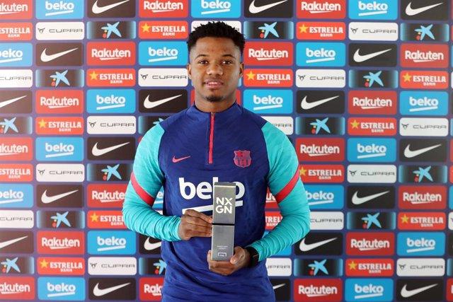 El jugador del FC Barcelona Ansu Fati con el premio NxGn 2021 otorgado por Goal, que le acredita como mejor promesa del momento