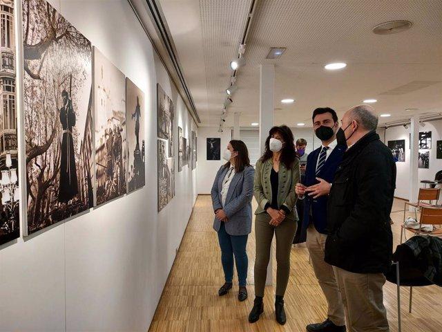 La concejal Ana Redondo (segunda por la izquierda), en la exposición fotográfica sobre las semanas santas de Valladolid, Medina de Rioseco y Medina del Campo.