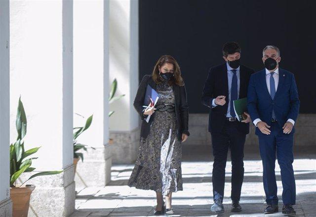 Carmen Crespo, Juan Marín (c.) y Elías Bendodo (d.), este martes
