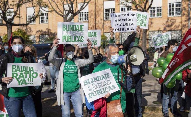 Concentración de las AMPA de colegios públicos contra la supresión de unidades de Educación Infantil de tres años ante la Delegación Territorial de Educación en Sevilla