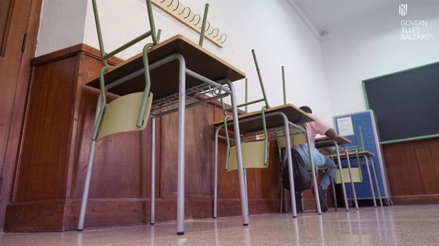 Archivo - IES Ramon Llull de Palma, el primer día de clases, con pupitres vacíos para garantizar separación por el COVID-19.