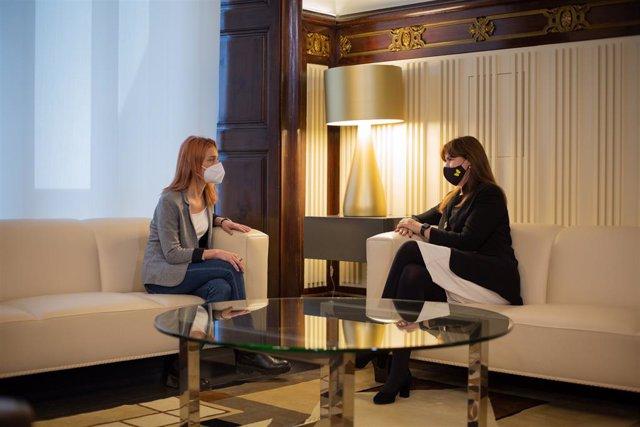 La presidenta del Parlament, Laura Borràs (d), es reuneix amb la líder dels comuns, Jéssica Albiach (e), a Barcelona. Catalunya (Espanya), 23 de març del 2021.