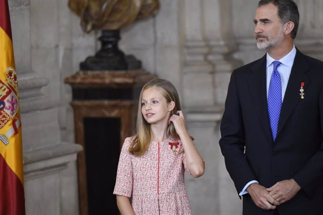 Archivo - La Princesa de Asturias, Leonor de Borbón, y el Rey Felipe VI  durante el acto de imposición de condecoraciones de la Orden del Mérito Civil en el Palacio Real a 19 junio 2019.