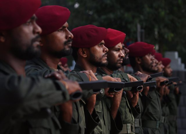 Archivo - 01 February 2020, Sri Lanka, Colombo: Sri Lankan military personnel marches past during a rehearsal session in preparation for 72nd Independence day celebrations at the Independence Square. Photo: Pradeep Dambarage/ZUMA Wire/dpa