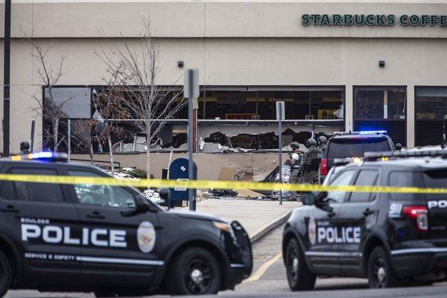 Ventanas rotas en una tienda de comestibles King Soopers después de un tiroteo el 22 de marzo de 2021 en Boulder, Colorado.