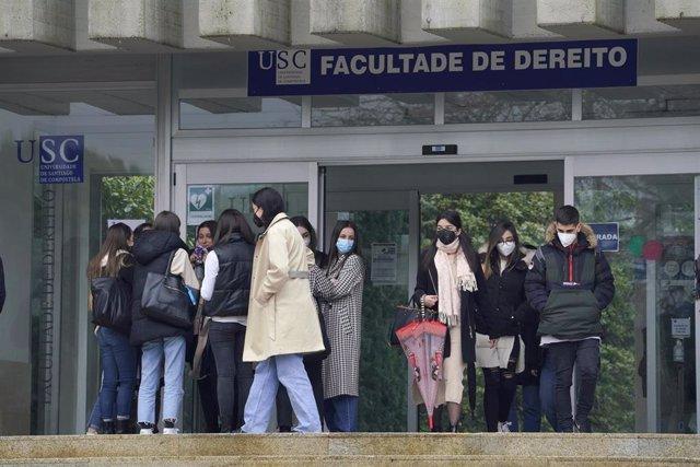 Alumnos salen de la Facultad de Derecho durante el primer día en el que los estudiantes universitarios gallegos vuelven a las aulas, en Santiago de Compostela, A Coruña, Galicia, (España), a 1 de marzo de 2021. Las puertas de las universidades gallegas ab