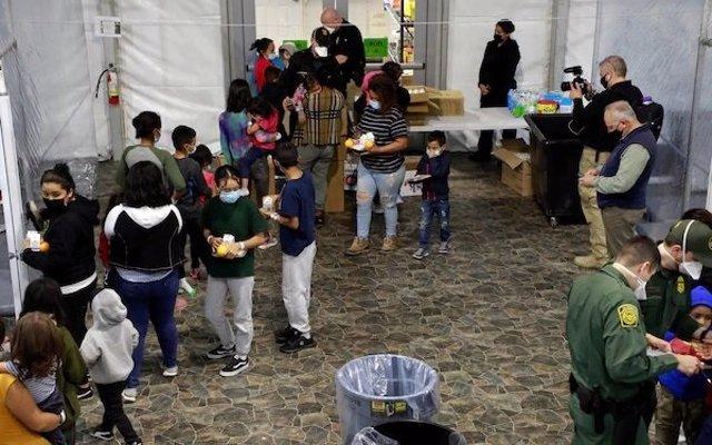 Imágenes de los centros de menores migrantes no acompañados compartidas por el Gobierno de Biden