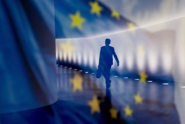 Archivo - 02 July 2020, Berlin: A man is reflected on an EU flag displayed on an information wall as he walks through the underground connection between the Reichstag building and the Paul Loebe House. Photo: Christoph Soeder/dpa