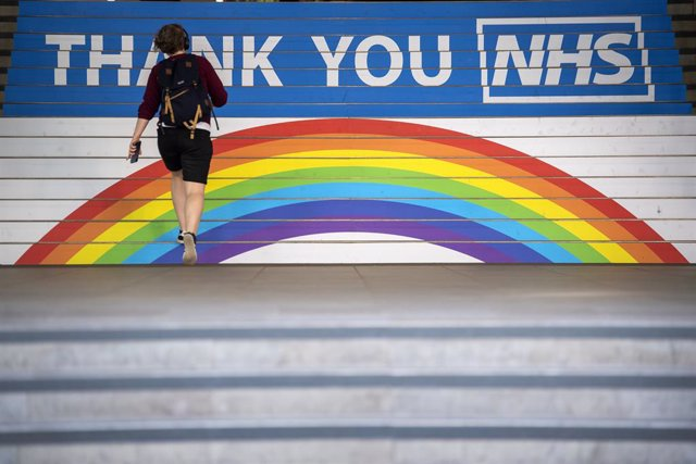 Archivo - 15 May 2020, England, London: A commuter walks past a thank you message for the NHS at Cannon Street station in London, after the introduction of measures to bring the country out of lockdown. Photo: Victoria Jones/PA Wire/dpa
