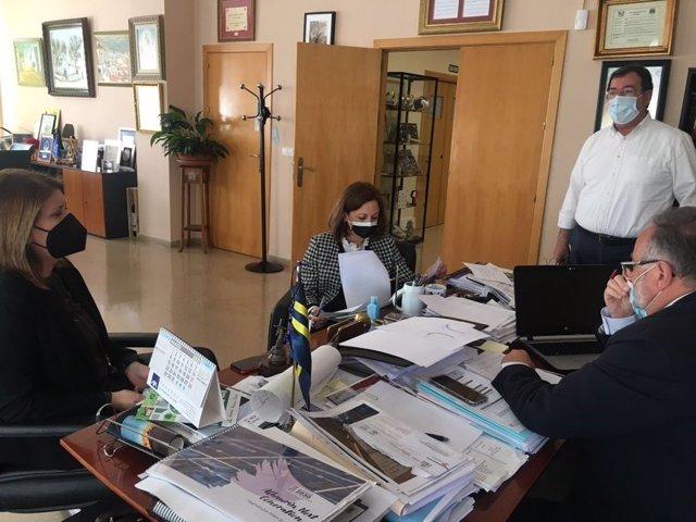 La delegada del Gobierno andaluz en Málaga, Patricia Navarro; la delegada territorial de Fomento en Málaga, Carmen Casero; y el alcalde de Alhaurín de la Torre, Joaquín Villanova, durante una reunión