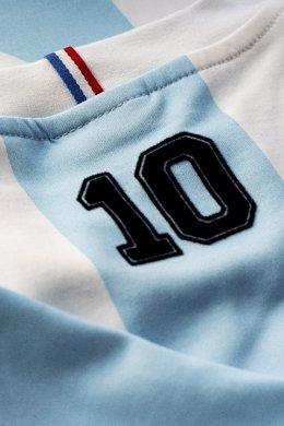 Le Coq Sportif inaugura su colección Legends con una camiseta de Maradona en el Mundial 86.