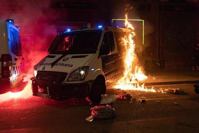 Queman una furgoneta de la Guardia Urbana de Barcelona durante la manifestación de Barcelona en apoyo a Pablo Hasel. Foto de archivo