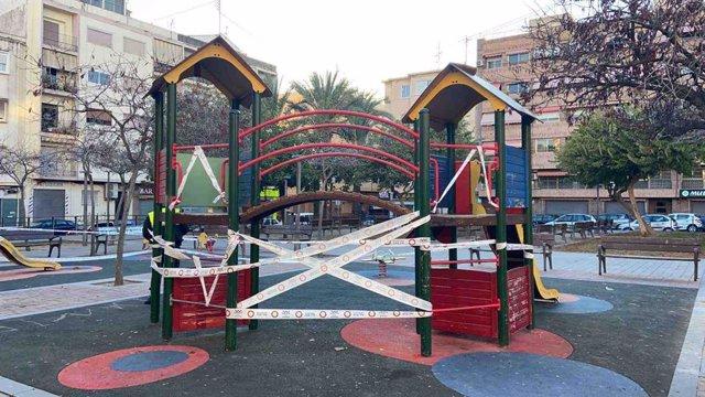 Archivo - Parque precintado por medidas antiCOVID