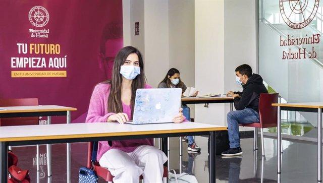 Una alumna de la UHU con mascarilla debido a la pandemia.