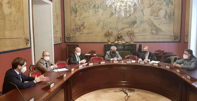 El senador del PP por Córdoba Fernando Priego (izda.), en el encuentro mantenido.