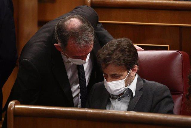 El portavoz de Justicia de Unidas Podemos y portavoz de IU en el Congreso, Enrique Santiago (i), y el presidente del grupo parlamentario de Unidas Podemos en el Congreso, Jaume Asens (d).