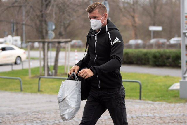 22 March 2021, North Rhine-Westphalia, Duesseldorf: Germany's Toni Kroos arrives at the hotel where the team is staying as part of their preparations for the 2022 FIFA World Cup European Qualifiers Group J soccer matches. Germany will face Iceland on 25 M