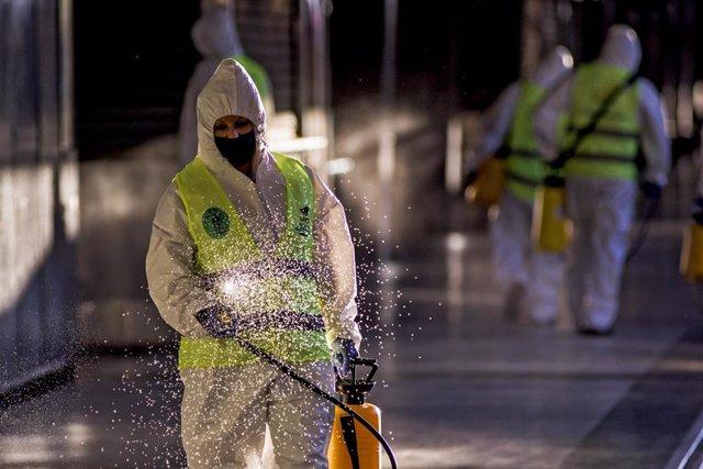 Archivo - Personal de limpieza desinfecta estaciones de autobuses y trenes en Buenos Aires.