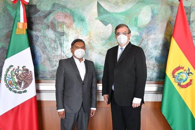 El Ministro de Relaciones Exteriores de Bolivia, Rogelio Mayta, junto a su homólogo mexicano, Marcelo Ebrard.