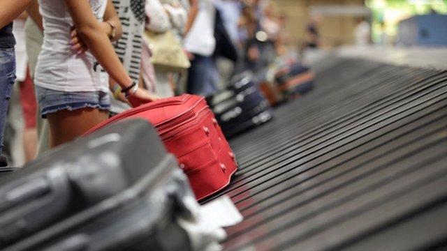 Archivo - Turistas en el aeropuerto
