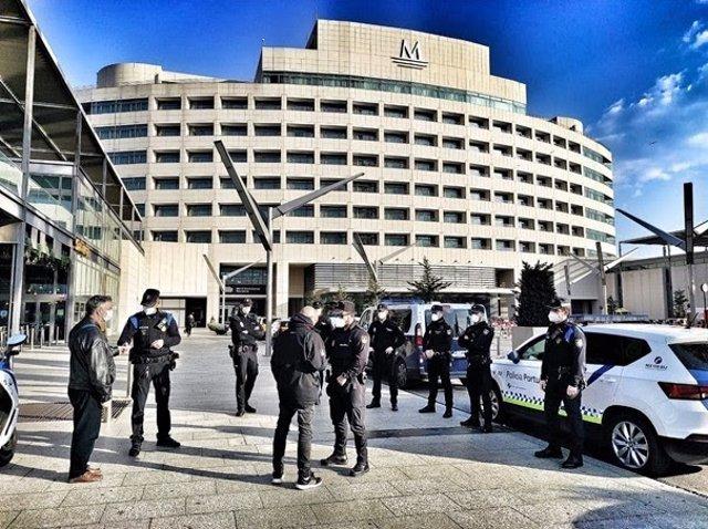 Agents de la Policia Nacional, en un operatiu conjunt amb la Policia Portuària contra els robatoris i els furts al Port de Barcelona.