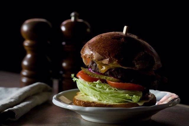 Archivo - Imagen de archivo de una hamburguesa