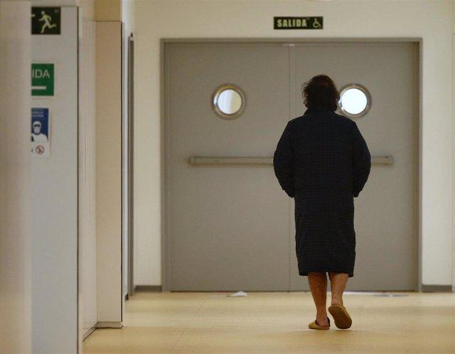 Archivo - Un enfermo camina por el pasillo del Hospital de Emergencias Isabel Zendal, Madrid (España), a 20 de enero de 2021. El hospital, inaugurado el pasado 1 de diciembre, ha superado ya los 801 pacientes de COVID-19 y los ingresados en la Unidad de C