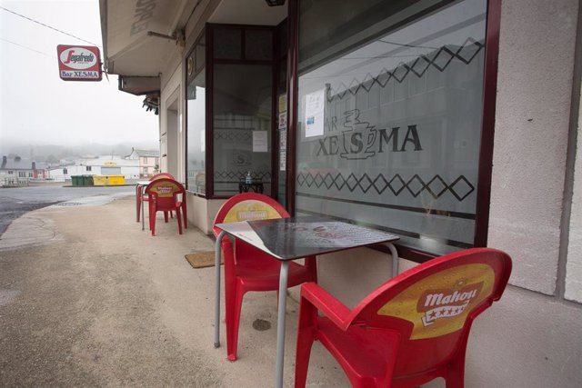 La terraza del Bar Xesma, cerrada por las restricciones Covid en Paraleda, Lugo, Galicia (España), a 19 de marzo de 2021