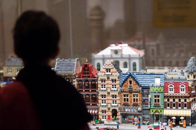 Archivo - Un niño en la exposición 'I Love Lego' de Barcelona