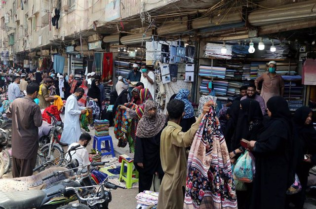 Archivo - 12 May 2020, Pakistan, Karachi: People crowd at a street market to shop before Eid al-Fitr despite the Coronavirus (COVID- 19) crisis. Photo: Ppi/PPI via ZUMA Wire/dpa