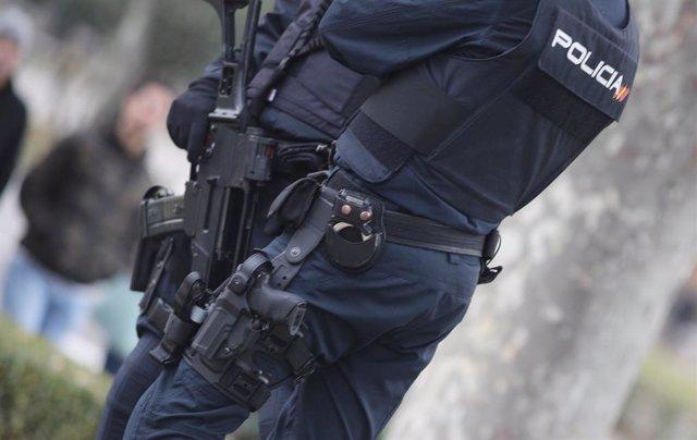 Archivo - Arxiu - Dos agents de la Policia Nacional en un carrer de Madrid.