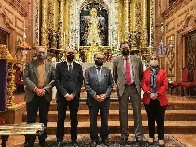 Foto de familia ante la Virgen de la Macarena