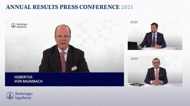 El president i CEO de Boehringer Ingelheim, Hubertus von Baumbach, i el membre del Comitè Executiu, Michael Schmelmer (a sota a la dreta) durant la presentació dels resultats del 2020.