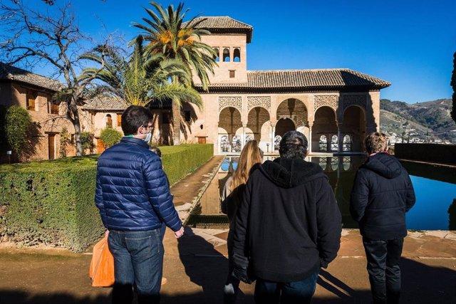Archivo - La Alhambra ofrece visitas educativas a las familias en Semana Santa