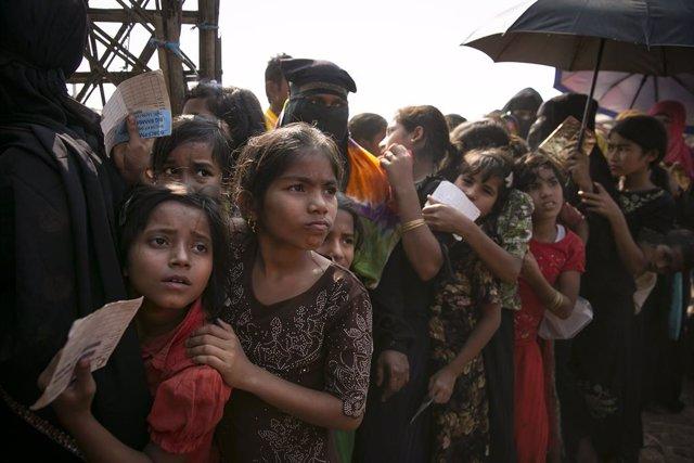 Archivo - Refugiados rohingya en el campamento de Cox Bazar, en Bangladesh, esperan para recoger suministros.